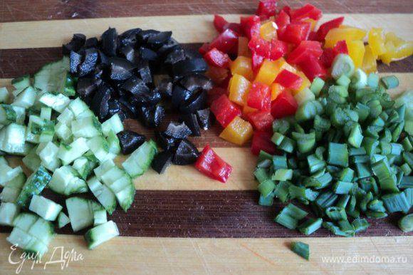 Огурец, перец, оливки и лук мелко порезать.