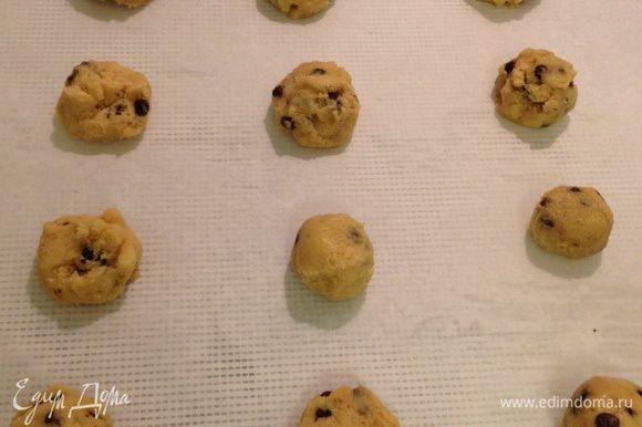Сформировать шарики примерно 3 см. в диаметре и выложить на смазанный маслом противень или на бумагу для выпечки на расстоянии 4-5 см друг от друга. Шарики удобно формировать ложечкой для мороженого.
