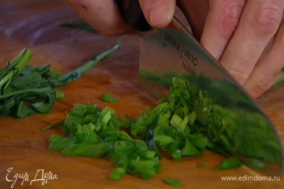 Зеленый лук и тархун мелко порубить.