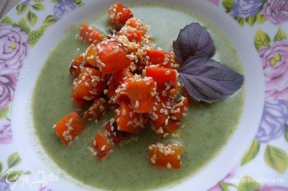 Влить в тарелку суп и насыпать горкой морковь. Украсить зеленью. Приятного аппетита!