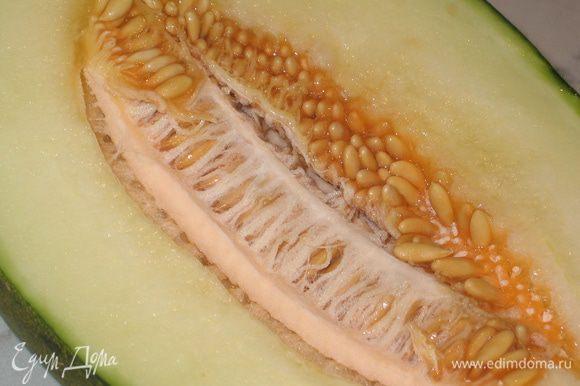 Удалить все семена, очистить от кожицы и нарезать ее вдоль тонкими ломтиками