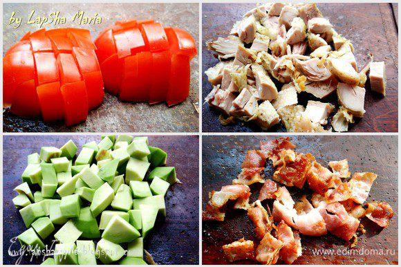 Первым делом необходимо обжарить бекон до хрустящего состояния на сухой сковороде. А тем временем помидоры, курицу и авокадо нарежем на кубики. Курицу можно взять любую, филе, ножки, бедра. Любая часть и способ её приготовления (отварная, запеченная, жаренная). Авокадо должно быть мягким, помидор крепким.