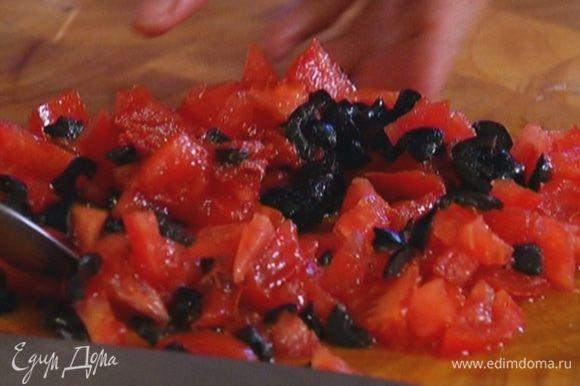 Соединить помидоры, оливки и томатную пасту, перемешать.
