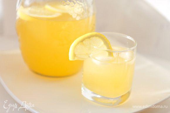 Смешать апельсиновый и лимонный сок, добавить воду. Перемешать. Подавать со льдом.