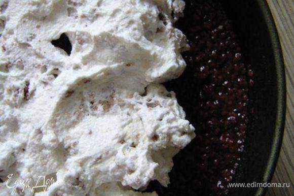 выложить вторую часть мороженого с безе, разровнять,