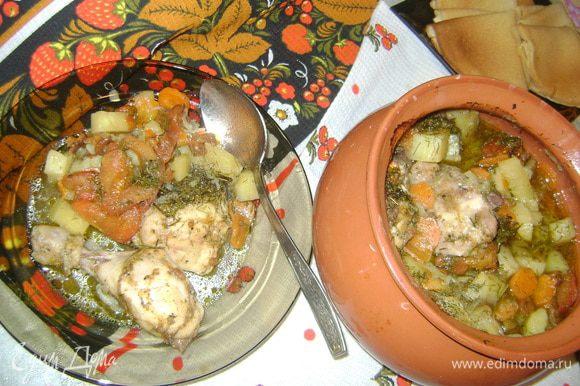 луковицу полукольцами нарезала,перец соломкой,морковь на кружочки,картофель кубиками,окорочка разрезала,очистила от кожицы,помидор тоже ошпарила,очистила от кожицы,нарезала дольками. сначала поджарила лук,добавила к нему перец и морковь,позже грибы,соль,перец,пожарила до готов грибов.(минут 7-10) в миске смешала курицу,картофель,помидор,специи и поджарку,все хорошо перемешала,выложила в горшочек,налила воды(горячей) 2 чашки,приблизительно 0,5 литра и отправила все это в духовку,на час....до готовности