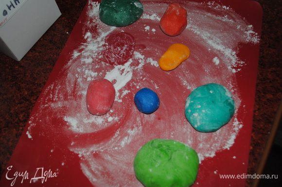 Отдельно приготовила мастику и покрасила в разные цвета, а потом сделала цветы и бабочки с помощью вырубок.