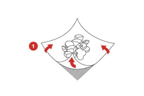 Разделите приготовленную смесь на четыре части и каждую из этих частей положите по центру листа кулинарной бумаги SAGA.