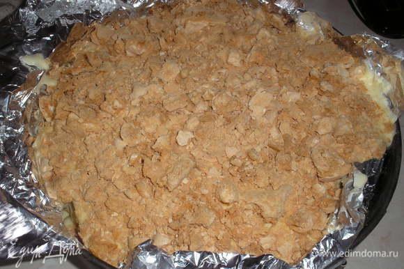 Последний корж безе крошим и посыпаем сверху на крем. Ставим в морозильную камеру на 7-8 часов. После этого времени торт хорошо заморозится.