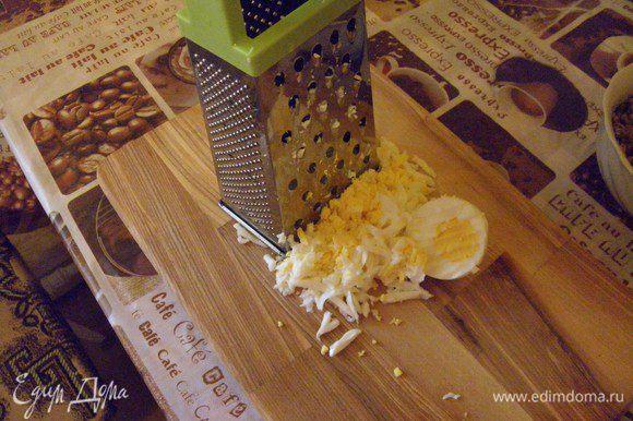 вареные яйца подставляем под проточную воду, чистим и также натираем на крупную терку