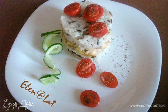 Присыпать запеченные помидорчики сухим базиликом. Сложить слоеный тортик рис+курица+рис+помидорчики, дать пропитаться 3 минуты. Приятного аппетита!