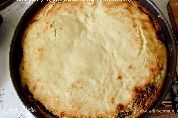 Отправить выпекаться в духовку при 180 градусах на 50-60 минут до зарумянивания творожного суфле.