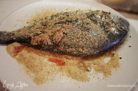 Достаем рыбку из маринада, смазываем оливковым маслом, сбрызгиваем соком лайма и обваливаем в сухарях.