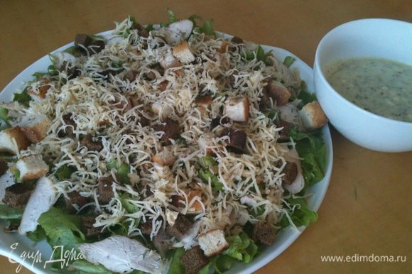 Подаем салатик. Заправляем салик и размешиваем уже на столе.