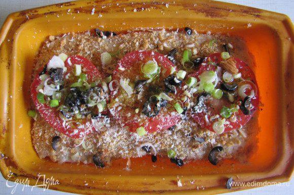 Украсим помидорами поверхность террина. Посыплем сверху мелко нарубленным чесноком, маслинами и натертым на терке миндалем. Посыплем свежемолотым перцем. Польем оливковым маслом.