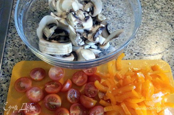 Нарезаем грибы, перец. Помидорки порезать пополам. И надо натереть сыр.