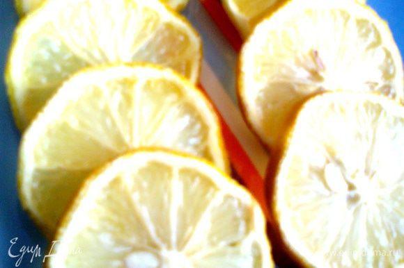 Для начала заморозим дольки лимона,они будут украшать и охлаждать наш лимонад!