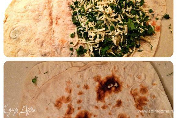 Лаваш развернуть. На одну его половину выложить сыр и зелень,накрыть второй половиной и очень хрошо прижать рукой по всей поверхности лаваша.