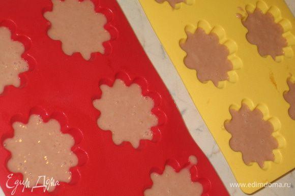 Смазать формочки растительным маслом…разлить тесто, оставив место для подъема и поставить в духовой шкаф, предварительно разогретый до 180-200 градусов. Если формочки небольшие – минут на 30, если форма побольше – минут на 40