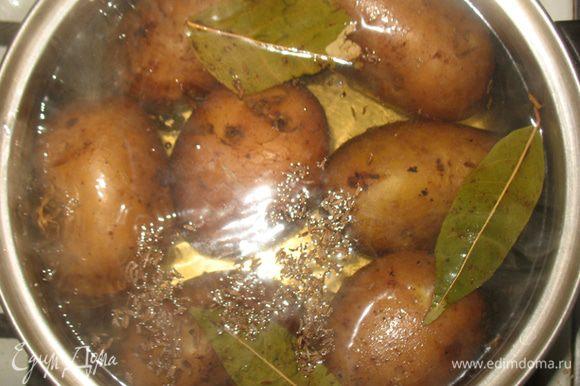 Картофель отварить в подсоленной воде с тмином и лавровым листом.