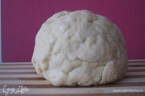 Творог смешиваем с маслом и молоком.Добавляем сахар,ваниль,муку и разрыхлитель.Замешиваем тесто.