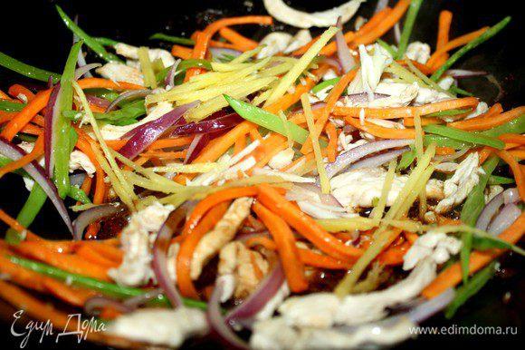 Овощи нарезать длинной соломкой,куриную грудку-длинными тонкими полосками.В воке разогреть оливковое масло и быстро,на большом огне обжарить курицу.Добавить лук и морковь и обжаривать не более минуты.Затем добавить горошек,имбирь и чеснок.Обжаривать ещё пару минут.Сдобрить начинку соусами и зеленью.Овощи должны остаться хрустящими.