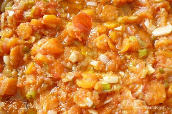 В сковородке с оливковым маслом сначала обжарим кусочки курицы,сложим их в казан,а затем на сковороду отправляем морковь с луком и слегка обжарим минуты 3- 4,добавим чеснок и еще обжарим 1минуту,затем добавим натертые помидоры и тушим минут 10,что бы испарилась немного жидкость и помидоры приобрели аромат.Выкладываем готовую смесь к мясу,добавляем немного воды и тушим на медленном огне 20-25минут(до полуготовности мяса).