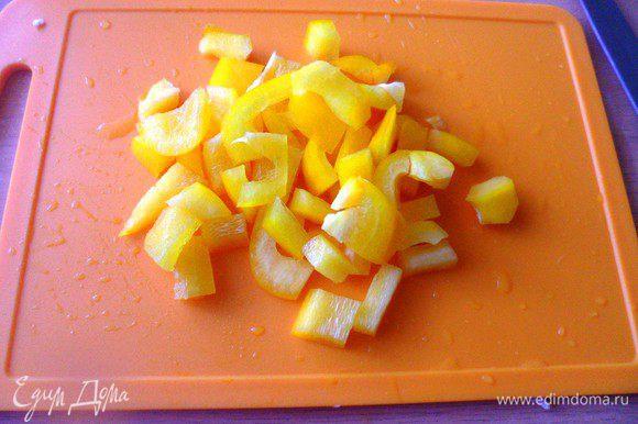 Нарезать крупными кубиками болгарский перец