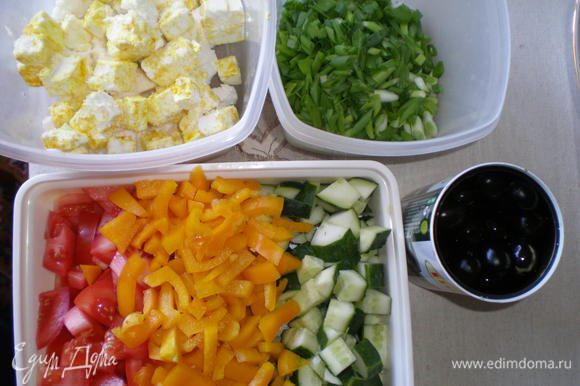 Нарезать кубиками огурцы, помидоры, перец, салат порвать на большие кусочки.