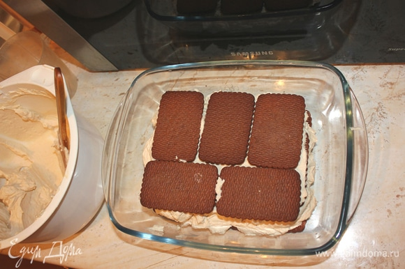 Соединяем аккуратно взбитые сливки и маскарпоне со сгущенным кофе. Печенье обмакнуть в крепком (НЕ сладком) кофе. Печенье должно пропитаться, но не размокнуть. Выкладываем слой печенья, затем крем с маскарпоне.