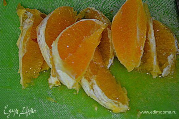 Два остальных апельсина очистить от кожуры и разрезать на дольки.Косточки убрать.