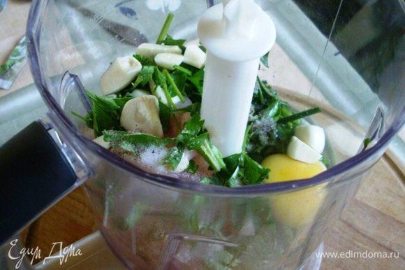 Куриное филе режем на кусочки, складываем в блендер. Добавляем одно яйцо, зелень петрушки и лука, чеснок, соль, перец.