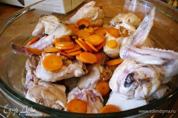 Морковь режем кружочками, обжариваем, перекладываем в форму.