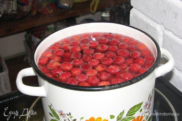 В 2 литра кипятка добавить фруктозу и вишню варить около 2 мин. ( не больше!!)
