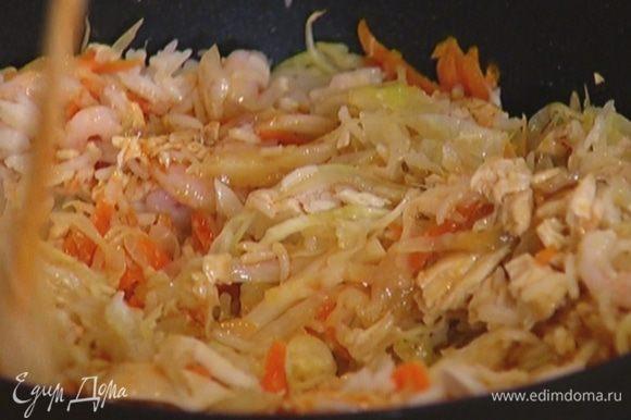 Когда капуста и морковь будут готовы, влить кунжутное масло, соевый соус, добавить сладкую паприку и еще раз все перемешать.