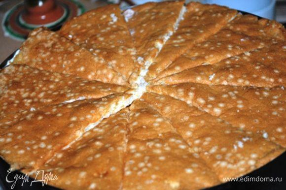 Затем вторую треть крема, оставшиеся мандарины, оставшийся крем. Второй корж разрезать на 12 сегментов и уложить сверху, слегка прижав.