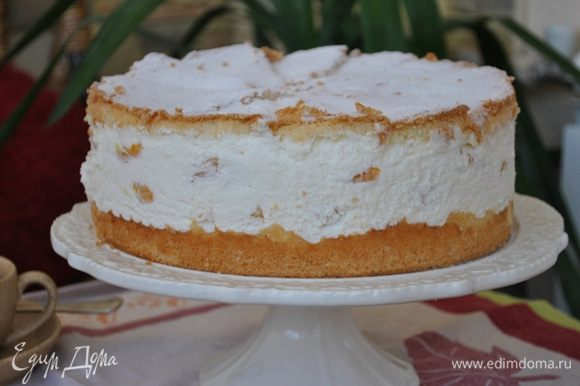 Поставить торт в холодильник минимум на 4 часа. Перед подачей посыпать сахарной пудрой. Или украсить по желанию.