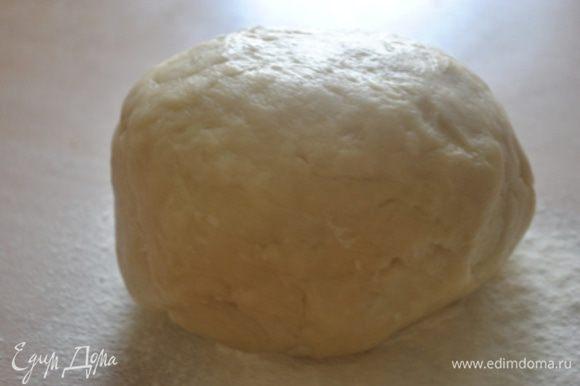 Из воды, масла, соли и муки замесить тесто, скатать в шар, накрыть полотенцем и оставить на полчаса.