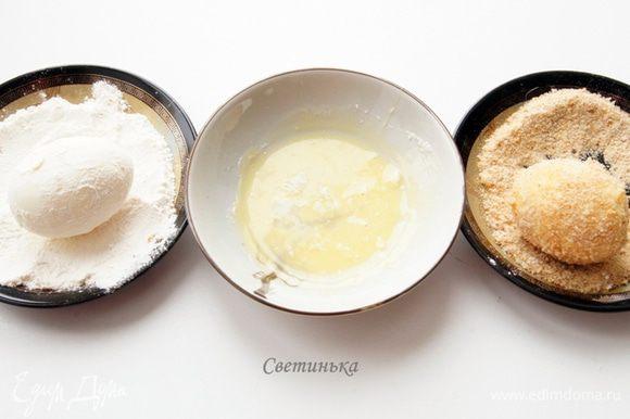 Далее готовим 3 блюдца - с мукой, с желтком, с сухарями. И начинаем поочередно прокатывать яйцо по каждому блюдечку.