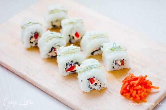 """Разрезаем каждую """"колбасу"""" на 6 кусочков. Смешиваем майонез с измельченным укропом и тертым чесноком и с помощью кондитерского шприца украшаем роллы. Вместо имбиря подаем с корейской морковкой"""