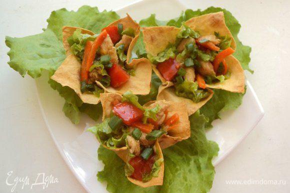 Наполнить салатом корзинки из лаваша, посыпать мелко порезанным зеленым луком. По желанию можно добавить базилик. Приятного аппетита!