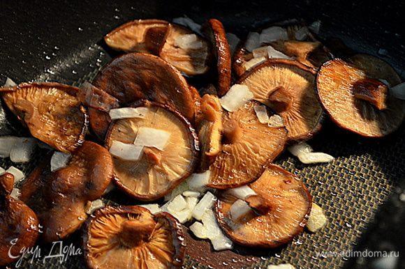Растопить сливочное масло в сковороде на средне-высоком огне и добавь в нее грибы (в моем выборе шиитаке), посолить, поперчить и довести до готовности.