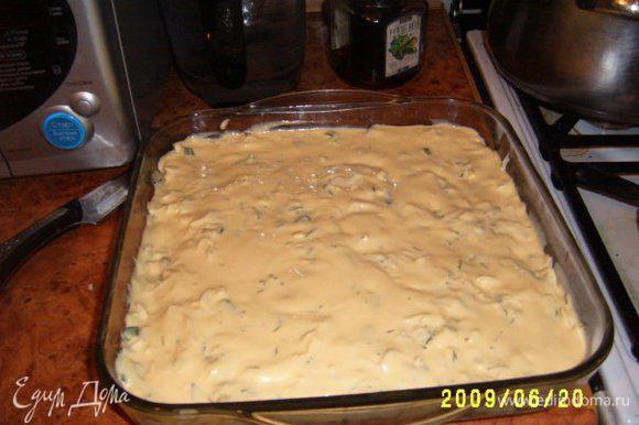 Тесто: 3 яйца взбить с солью, добавляя 250 г майонеза, потом 1 стакан муки. Тесто должно быть как кляр. Смазать противень маслом и залить половину теста, потом положить начинку и снова тесто.
