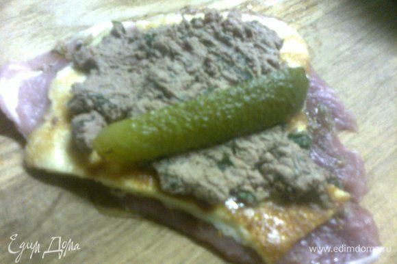 добавить печень,распределив ее по всей поверхности и положить огурец