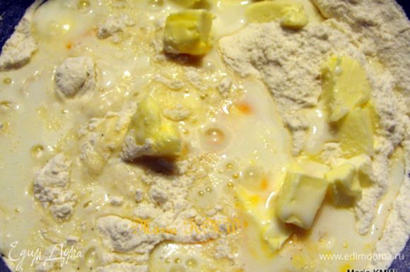 Муку с разрыхлителем просеить, смешать со 150 г сахара, ванильным сахаром маслом, пахтой, яйцом. Тесто тщательно вымешать.
