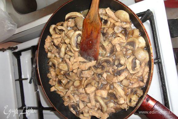 разогреть сковороду, налить масло и обжарить кусочки грудки до золотистого оттенка. добавить грибы и плеснуть красного вина. протушить до полуготовности грибов.