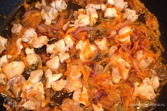 Куриные бедрышки режем не слишком мелко и отвариваем (нам понадобится куриный бульон). Отварные бедрышки добавляем к луку и моркови. Обжариваем все вместе в течение 10-15 минут на среднем огне.