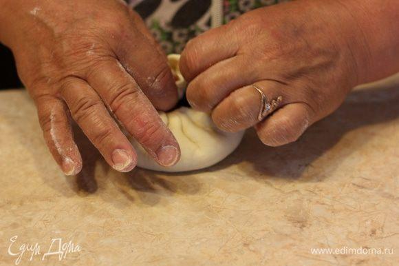 После того, как вы собрали все тесто сверху и у вас получилось посередине отверстие - пройдитесь еще раз по отверстию и пальцами еще раз хорошенько слепите тесто.