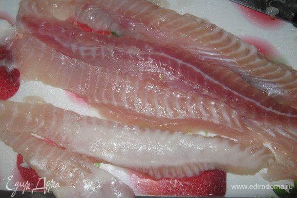 Рыбное филе моем, обсушиваем, сбрызгиваем соком половины лимона, солим, перчим и нарезаем в длину на полоски шириной 3-4 см.