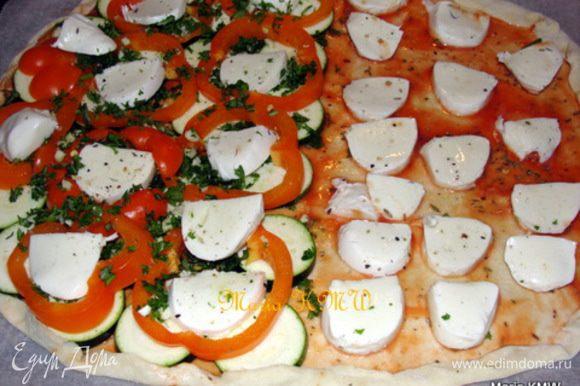 Смазать сверху томатной пастой. Уложить овощи-цукини, болгарский перец, сыр моцареллу. Приправить солью и травами. (слева) Для пиццы Маргарита на томатную пасту выкладываем сыр моцареллу и присыпам травами, солью (справа) Для пиццы с козьим сыром на томатную пасту выкладываем оливки, свежие травки, козий сыр.
